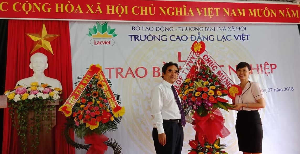 Lớp T17VY2 tặng hoa chào mừng buổi Lễ