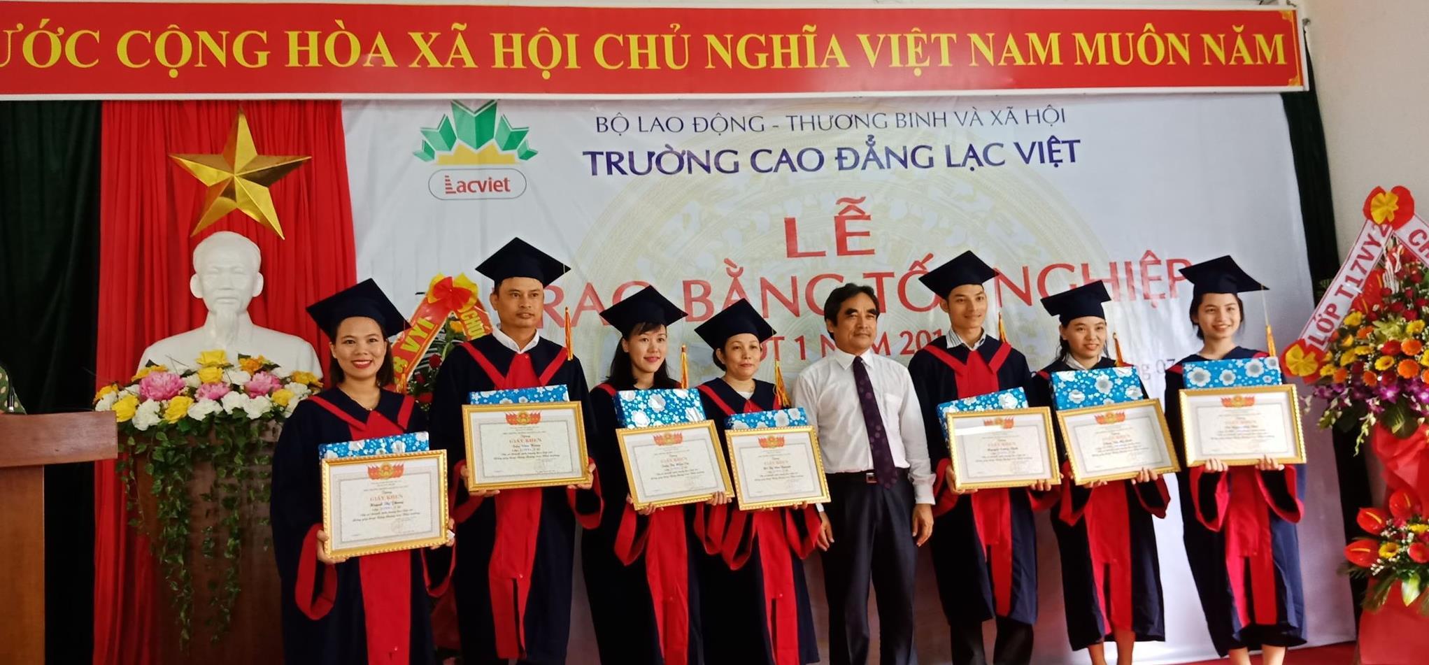 Khen thưởng HSSV có thành tích trong học tập và hoạt động nhà trường